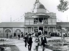 Black and white photograph of visitors in front of Taronga Zoo at its opening.